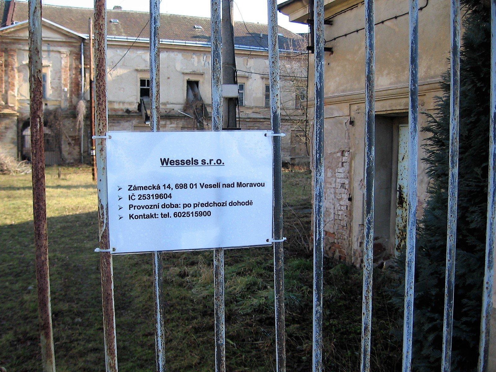 Smutný je osud Veselského zámku
